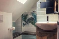 Badkamer met inloopdouche, wastafel en toilet