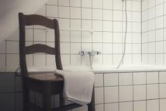 badkamer met ligbad en apart toilet